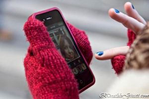 usando celular exterior